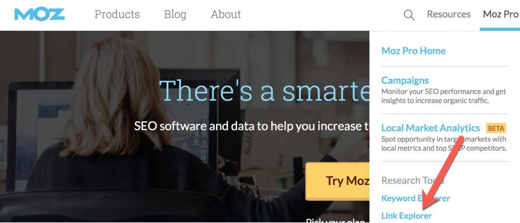 Screenshot and arrow pointing to where to find the Link Explorer on the Moz homepage